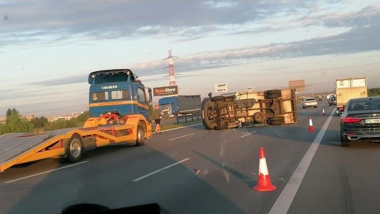Na autostradzie A2 przewróciła się ciężarówka /MotoSygnały/Radio Poznań /materiał zewnętrzny