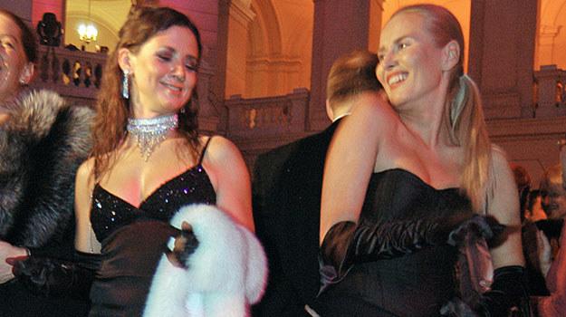 Na Balu Dziennikarzy w 2004 roku obie panie bawiły się wybornie /AKPA