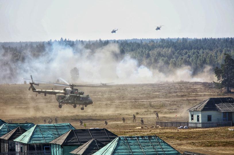 Na Białorusi ćwiczy około 12,5 tys. żołnierzy, w tym 2,5 tysiąca rosyjskich i 50 kazachskich. Nad białoruskimi poligonami operuje około 30 samolotów i śmigłowców oraz ok. 350 sztuk czołgów i samobieżnych haubic /East News