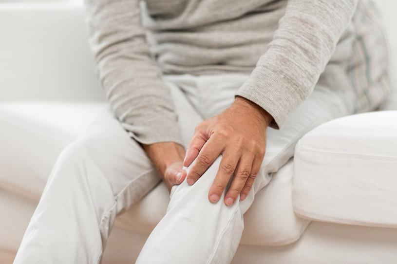 Na ból kolan może pomóc maść z wyciągiem z żywokostu /123RF/PICSEL