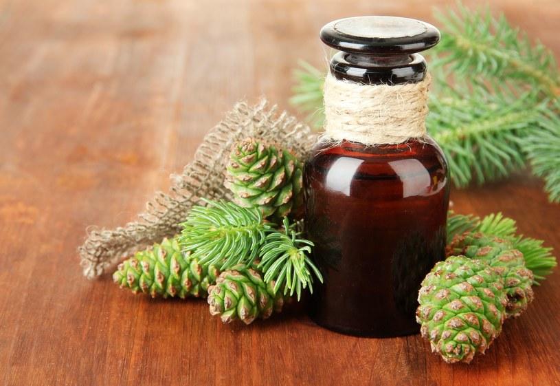 Na bóle stawów pomogą również nacierania sosnowym olejkiem /123RF/PICSEL