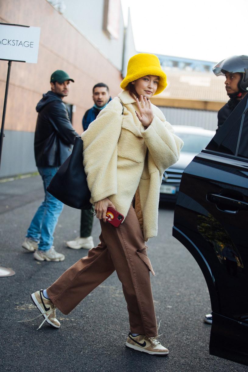 Na bucket hat zdecydowała się Gigi Hadid / Melodie Jeng / Contributor /Getty Images