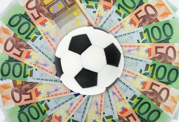 Na całym świecie biznes związany z piłką daje wielkie zyski /©123RF/PICSEL