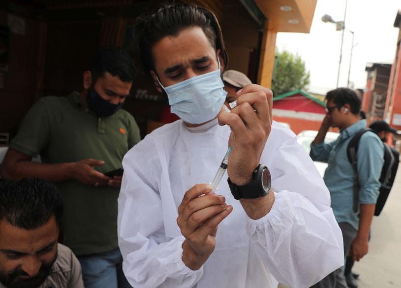 Na całym świecie trwają masowe szczepienia przeciwko COVID-19 /FAROOQ KHAN  /PAP/EPA