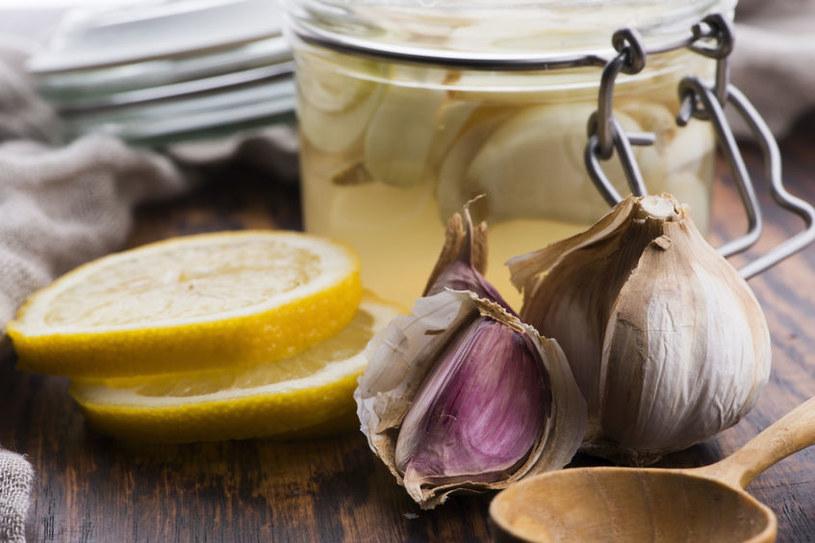 Na co pomoże syrop z czosnku? /©123RF/PICSEL