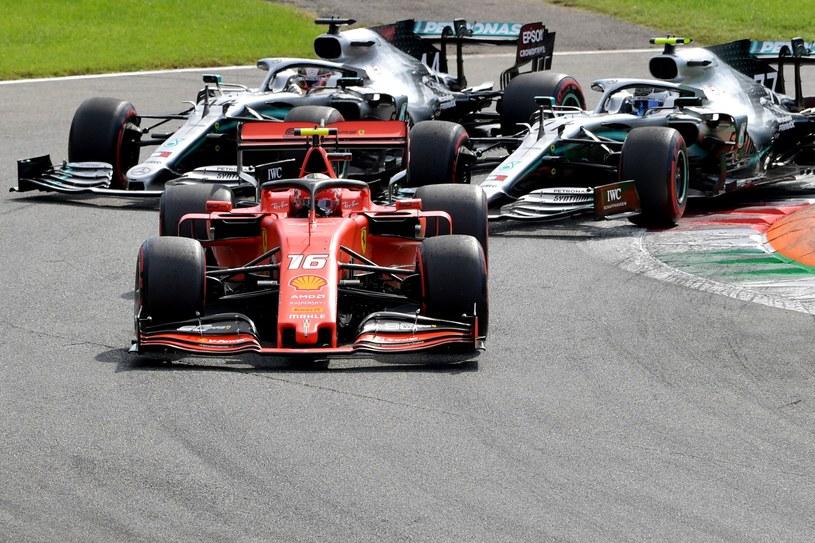 Na czele Charles Leclerc z Ferrari przed bolidami Mercedesa, prowadzonymi przez Lewisa Hamiltona i Valtteriego Bottasa /AFP