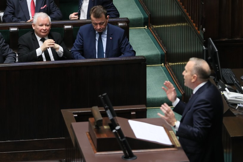 Na czele rankingu nieufności są szefowie: PO Grzegorz Schetyna (przy mównicy) i PiS Jarosław Kaczyński (w lawach sejmowych po lewej). /fot. Andrzej Iwanczuk/REPORTER /Reporter