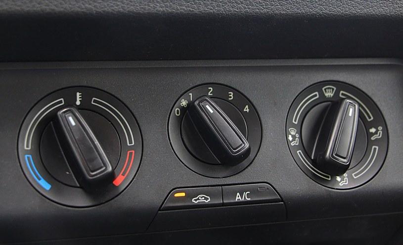 Na desce rozdzielczej obecność klimatyzacji zdradza tylko jeden, dodatkowy przycisk. W praktyce ilość modyfikacji potrafi przytłoczyć. /INTERIA.PL