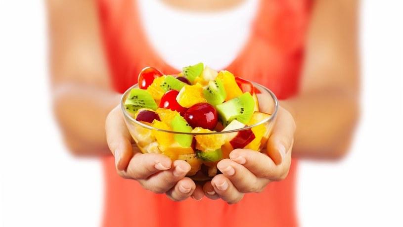 Na diecie FODMAP dozwolone są również niektóre owoce – banany, jagody, cytrusy i truskawki /123RF/PICSEL