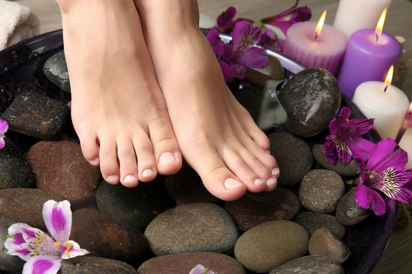 Na dno miski, w której moczysz stopy, możesz położyć kilka małych kamieni. Naciskaj na  nie całą podeszwą, a pobudzisz  przepływ limfy i tak zmniejszysz opuchliznę. /123RF/PICSEL