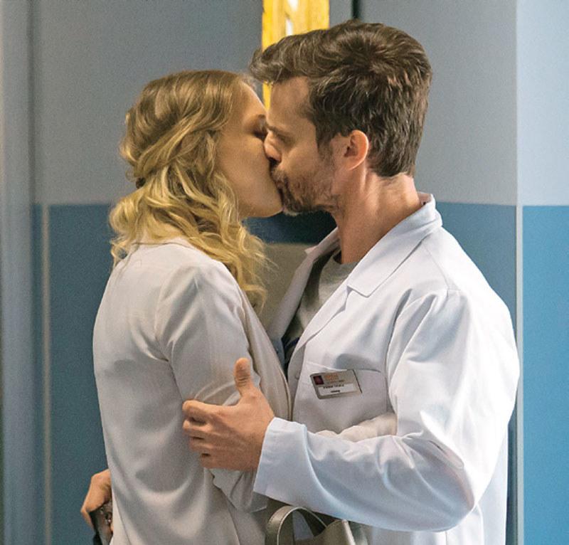 """""""Na dobre i na złe"""": Pocałunek pod publiczkę? /Świat Seriali"""