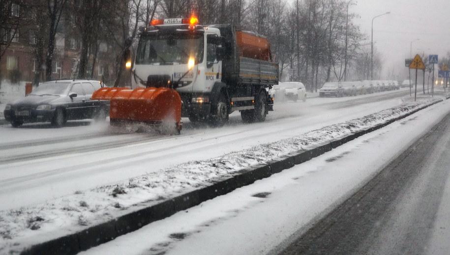 Na drogach śnieg. Policja apeluje o ostrożność /Andrzej Grygiel /PAP