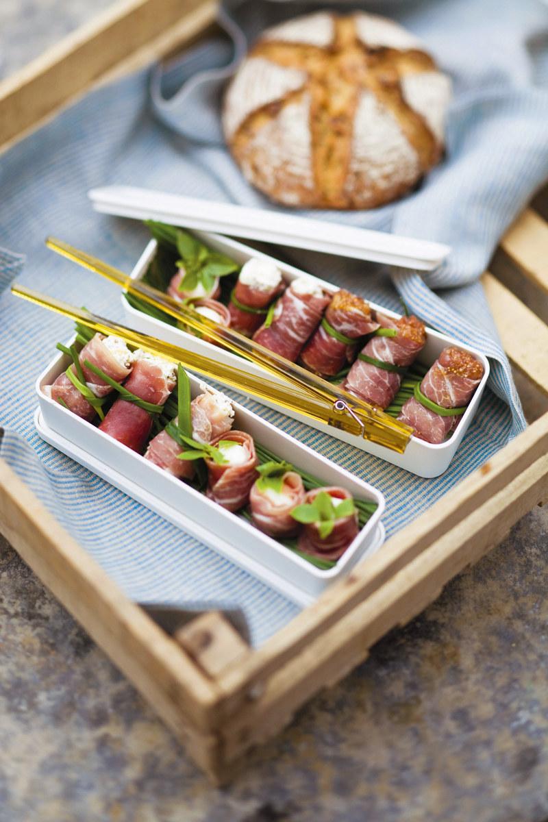 Na drugie danie proponuję rulony z szynki parmeńskiej zawijane jak sushi  /Valerie Lhomme /PANI