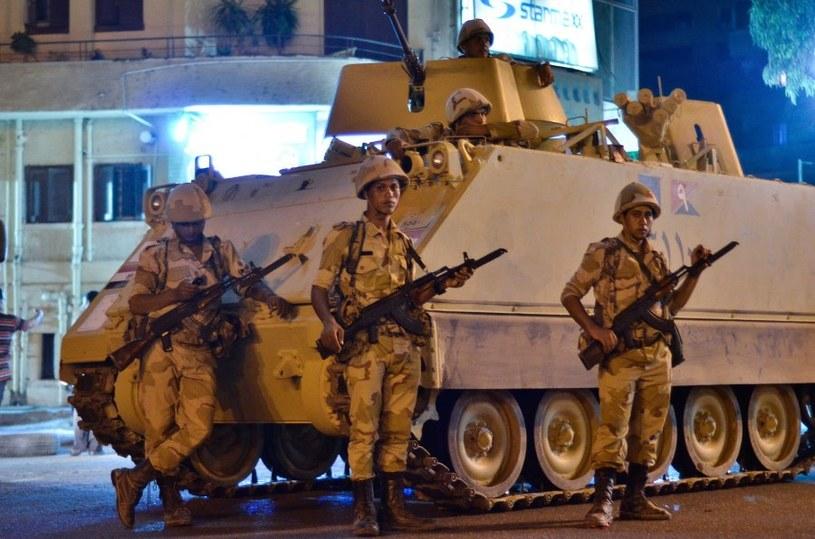 Na egipskich ulicach wciąż widać pilnujących bezpieczeństwa żołnierzy /AFP
