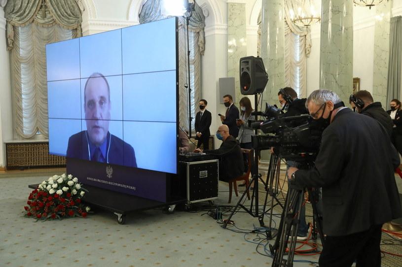 Na ekranie Paweł Kukiz podczas inauguracyjnego posiedzenia Zespołu ds. opracowania projektu regulacji wprowadzającej instytucję sędziów pokoju /Rafał Guz /PAP