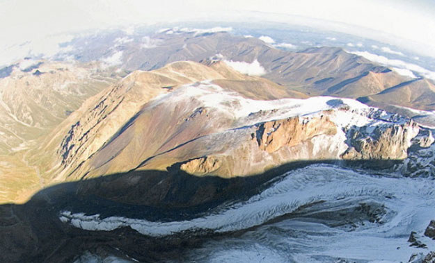 Na Elbrusie znaleziono zwłoki alpinistów z Polski i Iranu /Thomas Senf /AFP