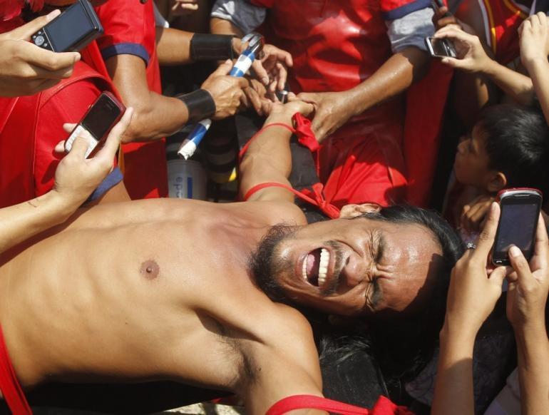 Na Filipinach co roku gromadzą się wierni i turyści, żeby oglądać ukrzyżowania /AFP