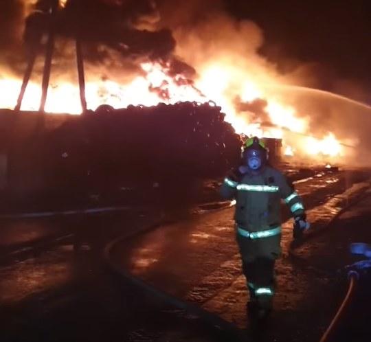 Na filmie opublikowanym przez OSP Unisław w mediach społecznościowych widać, jak strażacy walczą z ogniem /OSP Unisław  /Facebook