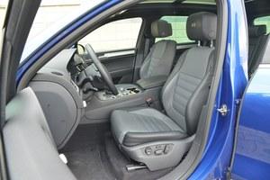 Na fotelach jest wygodnie nawet po wielogodzinnej jeździe. Pomimo skórzanej tapicerki pasażerowie nie ślizgają się w zakrętach. /Motor