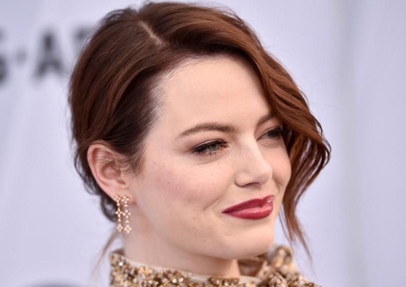 Na gali SAG Awards Emma pojawiła się w efektownym, czarno-złotym komplecie projektu Louis Vuitton, którego znakomitym dopełnieniem był odpowiednio dobrany do stroju wizaż /East News