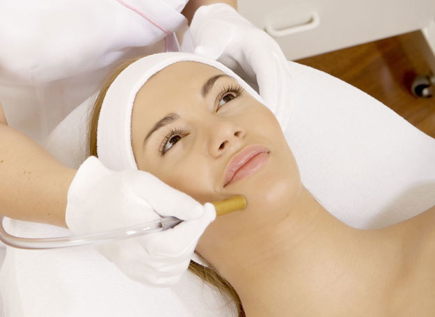 Na głębokie zmiany pomogą zabiegi u dermatologa /123RF/PICSEL