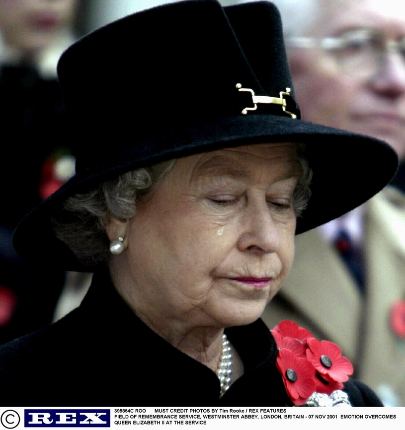 Na głowę królowej Elżbiety co rusz spadają problemy związane ze szczerością Diany. Nawet wiele lat po śmierci księżnej... /Tim Rooke/REX /East News