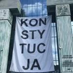 """Na gmachu Sądu Najwyższego zawieszono banner z napisem """"Konstytucja"""""""