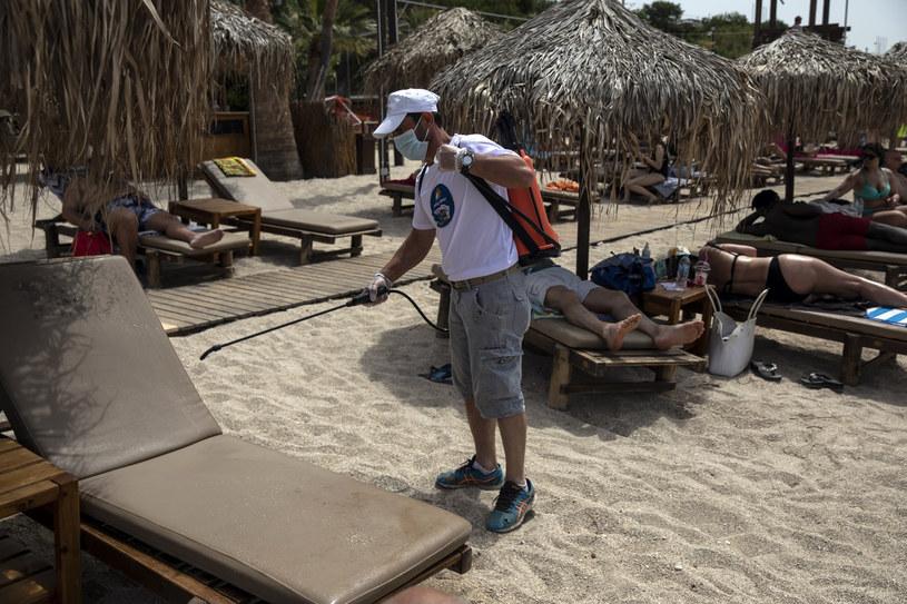 Na greckich plażach również wprowadzono obostrzenia sanitarne /AP/Associated Press /East News