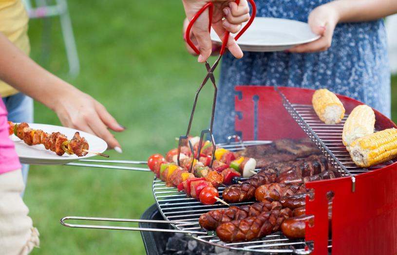 Na grill możesz również wrzucić kukurydzę, domowej roboty bułeczki, faszerowane pieczarki oraz pokrojonego w plastry oscypka /123RF/PICSEL