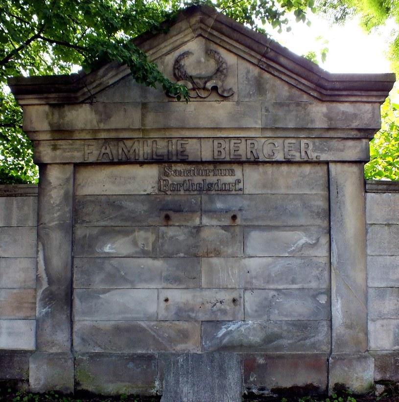 Na grobowcu rodziny Berger wyraźnie zaznaczono ich ścisły związek z sanatorium. Stan obecny. Fot. Sz. Wrzesiński. /Odkrywca