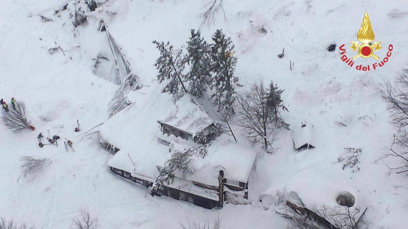 Na hotel Rigopiano w miejscowości Farindola we Włoszech zeszła lawina wywołana trzęsieniem ziemi /Vigili del Fuoco/ REUTERS /Agencja FORUM