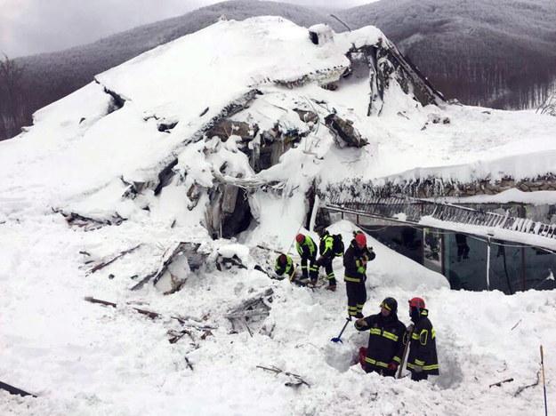 Na hotel spadły tony śniegu /ITALIAN FIRE DEPARTMENT  /PAP/EPA