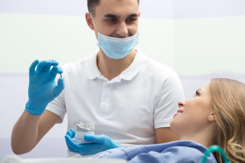 Na implanty decyduje się coraz większa ilość pacjentów /123RF/PICSEL