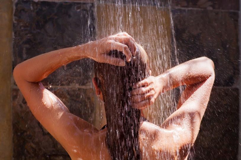 Na jedną kąpiel w niezbyt dużej wannie zużywamy ok. 100 litrów wody. Staraj się wybierać prysznic /123RF/PICSEL