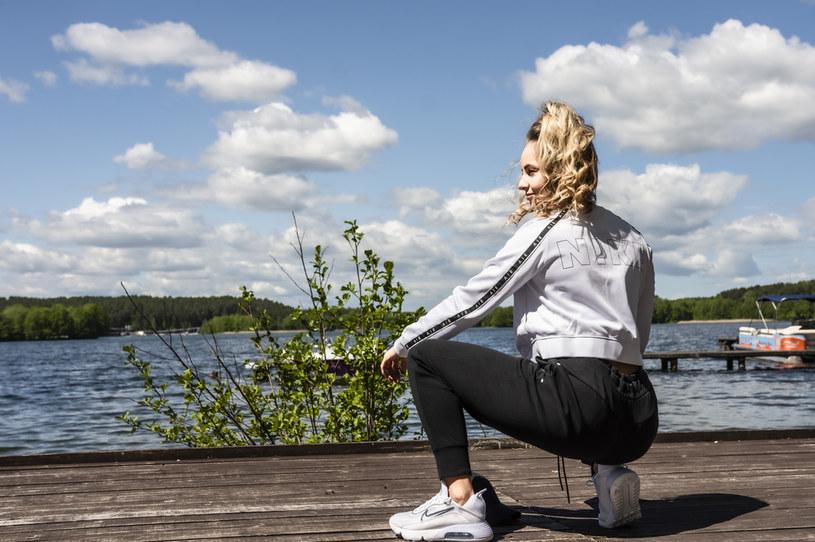 Na jesień i zimę najodpowiedniejsza będzie polarowa bluza damska, która doskonale chroni przed chłodem a jednocześnie dobrze radzi sobie z odprowadzaniem potu /materiały promocyjne