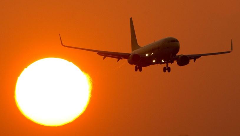 Na każde wzrost temperatury o 3 stopnie, ciężar samolotu należy zmniejszyć o 1 proc. /AFP
