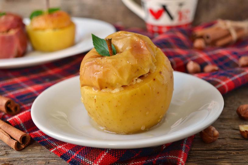 Na kolkę spowodowaną zbyt zimnym posiłkiem pomoże np. pieczone jabłko /123RF/PICSEL