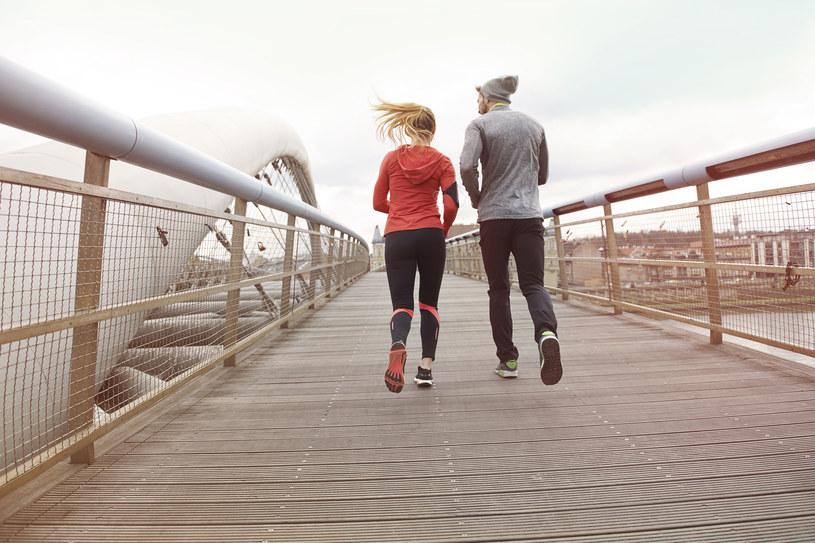 Na kondycję stawów korzystnie wpływa Nordic walking, pływanie, bieganie i jazda na rowerze /123RF/PICSEL