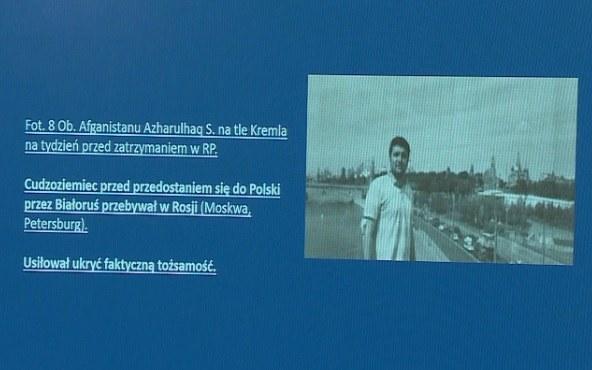 Na konferencji przedstawiono zdjęcie jednego z migrantów, który przed przybyciem do Polski przez Białoruś przebywał w Rosji /Polsat News /Polsat News