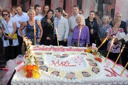 Na koniec na wszystkich czekał wielki tort z podobiznami bohaterów - fot. A.Szilagyi /MWMedia