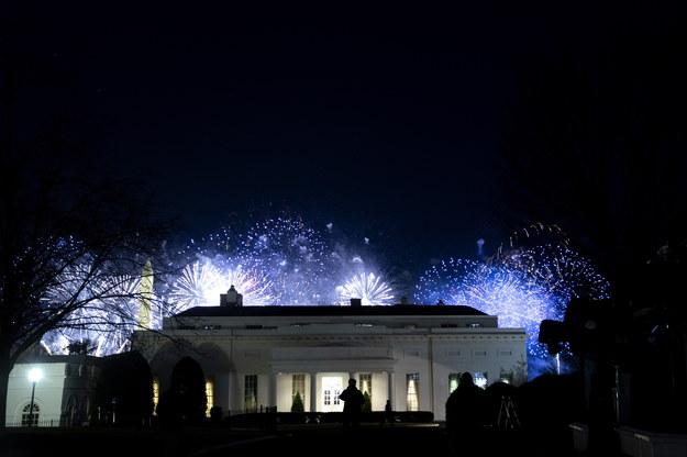 """Na koniec - przy pokazie fajerwerków nad Pomnikiem Waszyngtona - swój przebój """"Firework"""" odśpiewała Katy Perry. /Stefani Reynolds / POOL /PAP/EPA"""