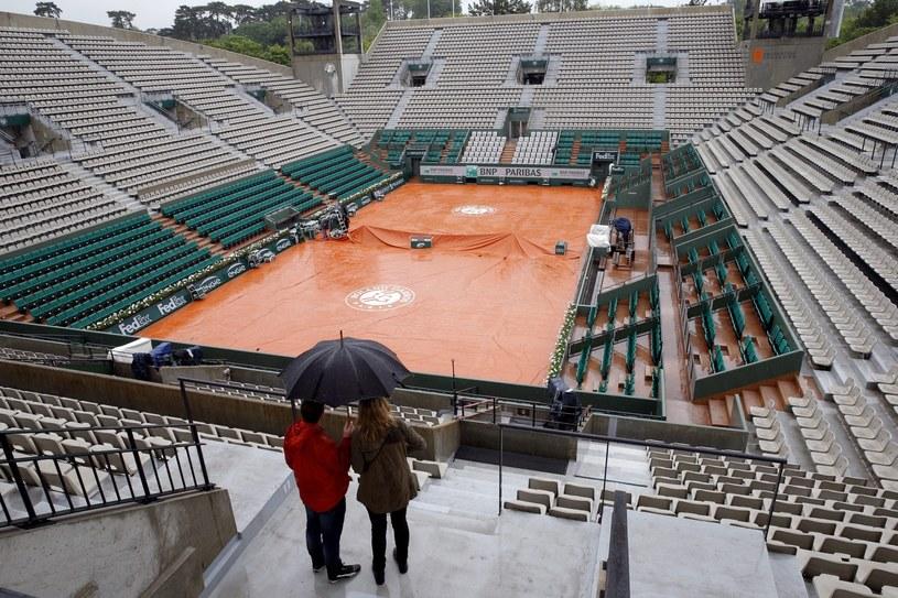 Na kortach Rolanda Garrosa deszcz rozdaje karty /PAP/EPA