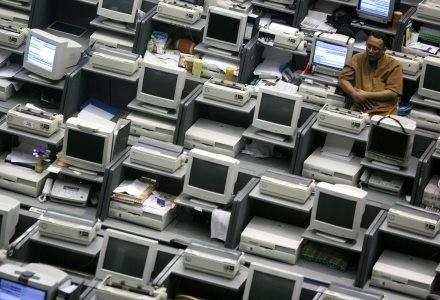 Na korzyść cyberprzestępców pracują nieraz tysiące komputerów /AFP