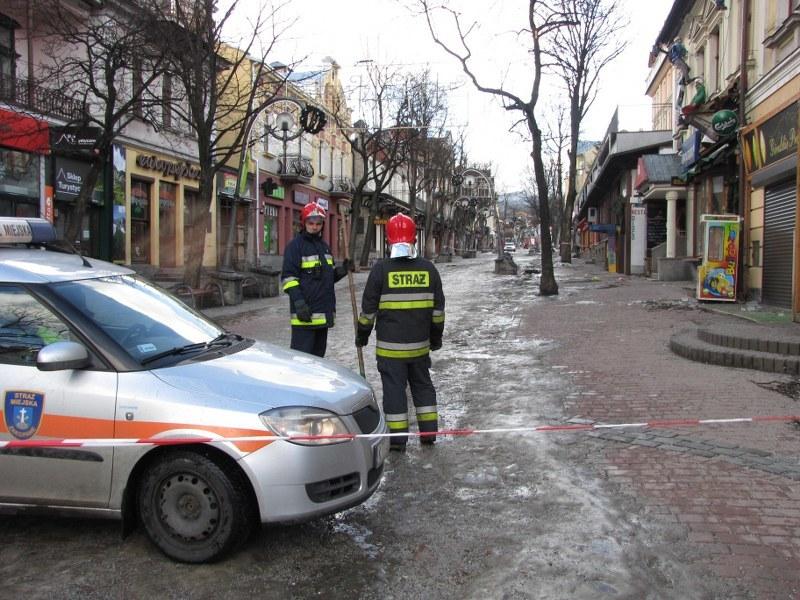 Na Krupówkach trzeba było ewakuować mieszkańców kamienicy, z której halny zerwał dach /Maciej Pałahicki /RMF FM
