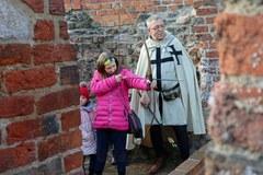 Na krzyżackim zamku lekcja łucznictwa