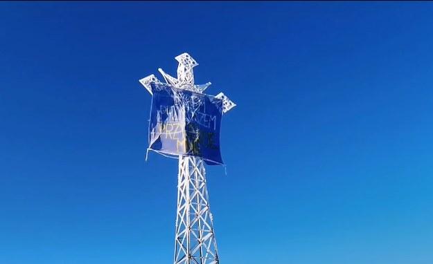 Na krzyżu na Giewoncie pojawił się nowy transparent /Przemysław Sobczyk /