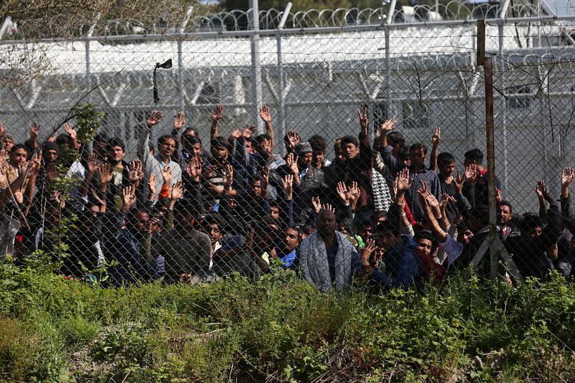 Na Lesbos wciąż przebywa wielu migrantów /PAP/EPA