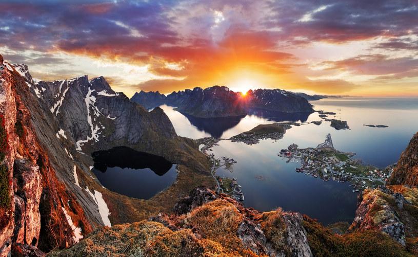 Na Lofotach idealnie widać, jak wysokie góry spotykają się z morzem /123RF/PICSEL