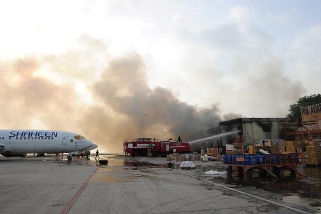 Na lotnisku wstrzymano pracę, a wszystkie loty są kierowane do innych portów /STRINGER /PAP/EPA