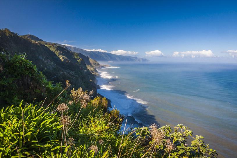 Na Maderze nie ma sensu nastawiać się na plażowanie – chyba że przy hotelowych basenach. Wybrzeże wyspy jest skaliste i mało przyjazne, a nieliczne plaże wąskie i wulkaniczne /123RF/PICSEL